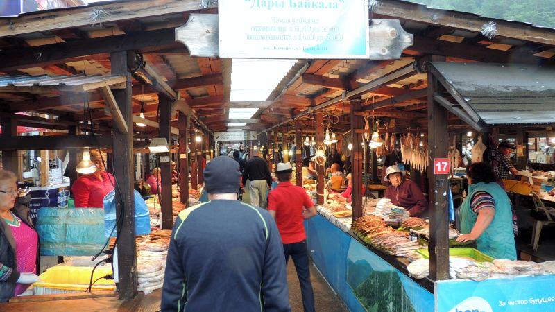 O mercado e os peixes defumados